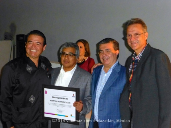 Chairman Kuroda receiving a plaque from State Secretary of Tourism Cordova,<br />State Secretary of Health Echeverría, and Mazatlán Mayor Felton.