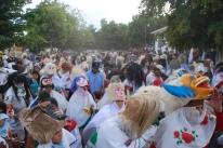 The crowd forms, a mix of Judíos, participants and spectators