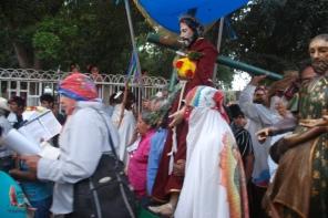 Maestro Bernardo in front of the men carrying the statue of Jesus