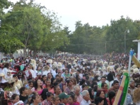 A pan of the crowd in the procession