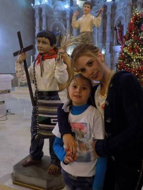Ximena and her mother, with a statue of Joselito